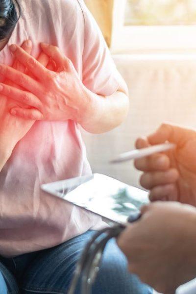 Žena sa držiaca sa za srdce popisuje svoje bolesti lekárovi